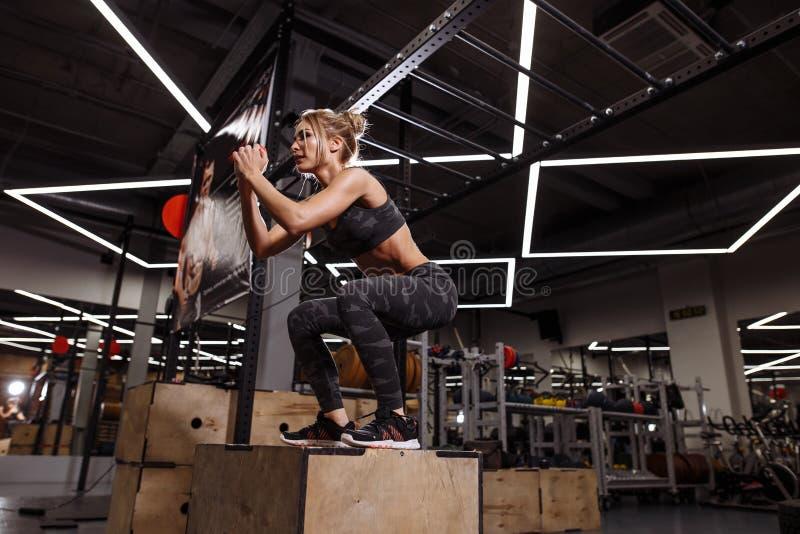 Το ιδιαίτερα παρακινημένο κορίτσι εκτελεί τα άλματα κιβωτίων στη γυμναστική στοκ εικόνες