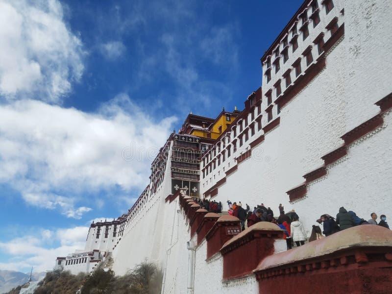 Το ιερό παλάτι Potala, ένα καθαρό έδαφος για τους προσκυνητές δέκα χιλιάδων στοκ εικόνες