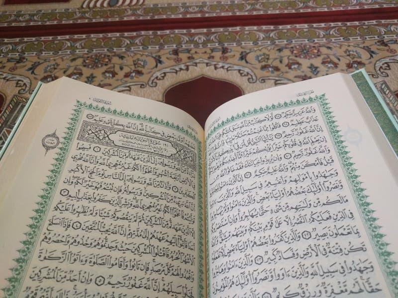 Το ιερό Quran στα αγγλικά και Αραβικά σε ένα όμορφο ανατολικός-σχέδιο όρισε την κουβέρτα στοκ εικόνες με δικαίωμα ελεύθερης χρήσης