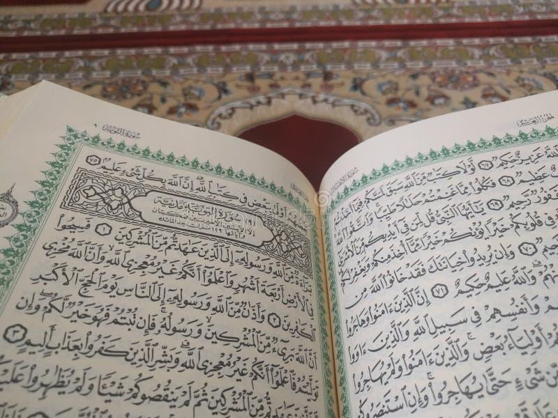 Το ιερό Quran στα αγγλικά και Αραβικά σε ένα όμορφο ανατολικός-σχέδιο όρισε την κουβέρτα στοκ φωτογραφία με δικαίωμα ελεύθερης χρήσης