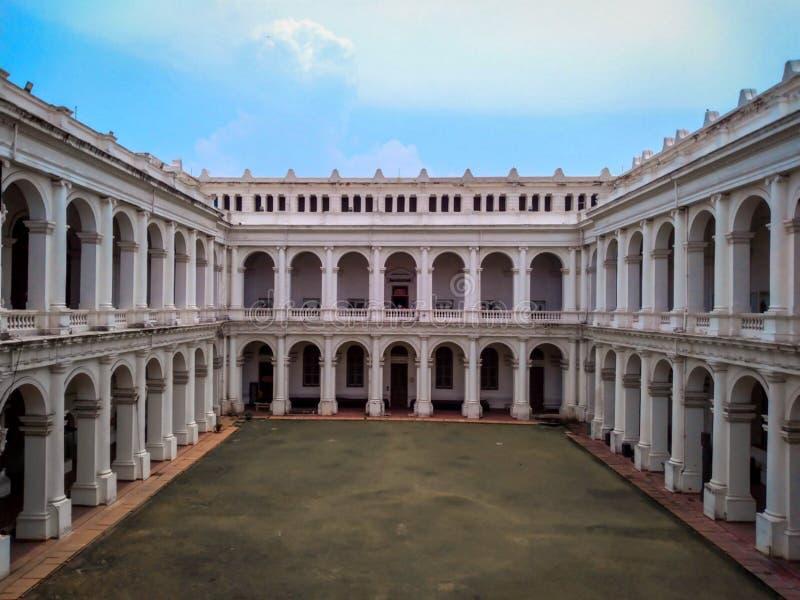 Το ινδικό μουσείο που βρίσκεται στην πόλη Kolkata φαίνεται μεγάλο στον ευχάριστο καιρό στοκ φωτογραφία με δικαίωμα ελεύθερης χρήσης