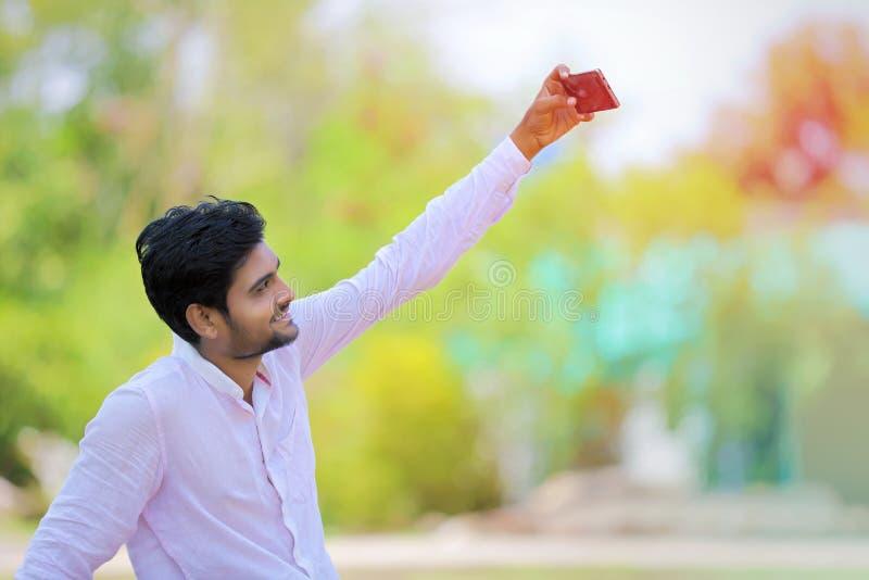 Το ινδικό άτομο χτυπά selfie με κινητό στοκ φωτογραφία
