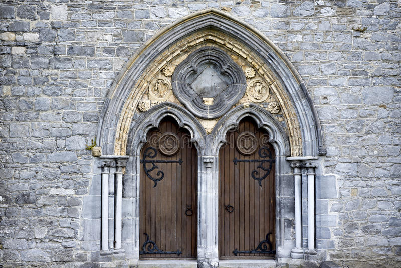 Το διπλάσιο σχημάτισε αψίδα τις ξύλινες πόρτες στοκ φωτογραφίες
