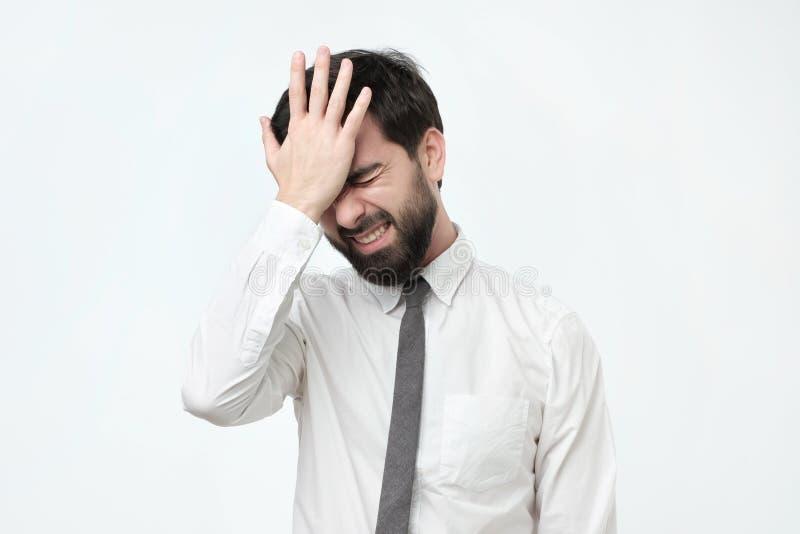 Το ισπανικό άτομο κρατά το κεφάλι του που ξεχνιέται υπό εξέταση κάτι στοκ εικόνες με δικαίωμα ελεύθερης χρήσης