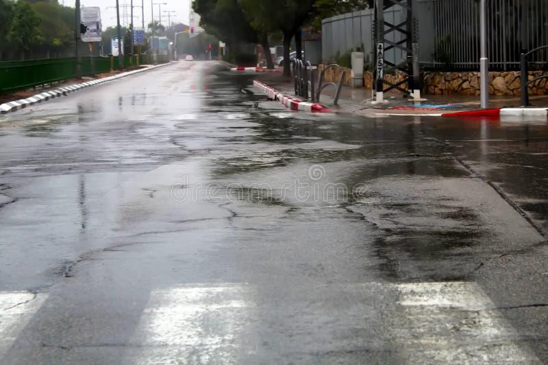 Το Ισραήλ βρέχει: υγρή άσφαλτος και για τους πεζούς πέρασμα, χειμώνας στο Ισραήλ στοκ φωτογραφία με δικαίωμα ελεύθερης χρήσης