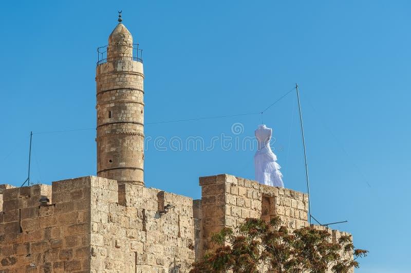 Το Ισραήλ Ιερουσαλήμ, μέσω του άσπρου φορέματος στη στέγη του τοίχου γύρω από την Ιερουσαλήμ, οι Εβραίοι αναγγέλλει την εβδομάδα  στοκ εικόνες