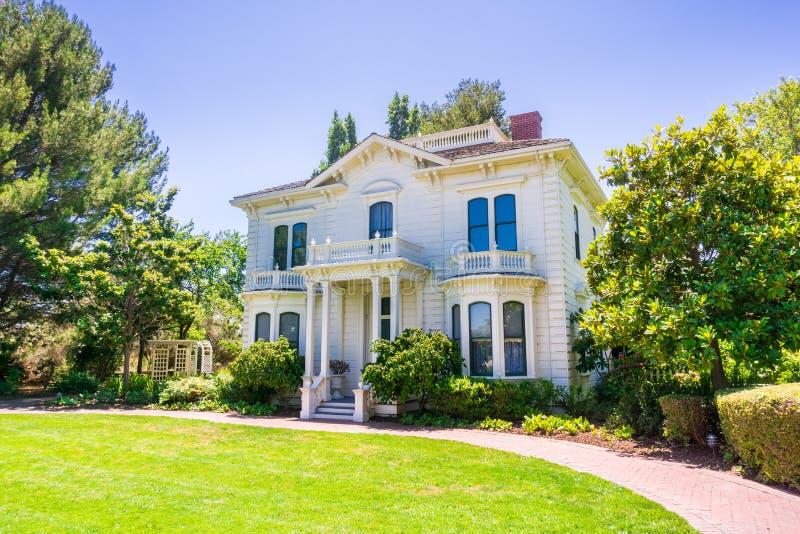 Το ιστορικά σπίτι Rengstorff, η λίμνη ακτών και το πάρκο, θέα βουνού, Καλιφόρνια στοκ εικόνες με δικαίωμα ελεύθερης χρήσης