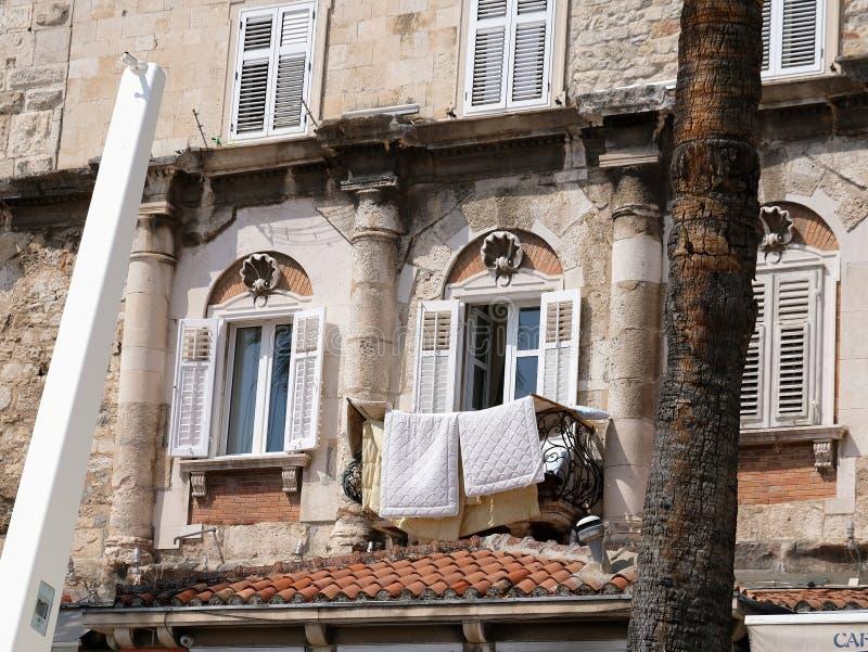 Το ιστορικό κατοικημένο κτήριο, χώρισε την παλαιά πόλη, Κροατία στοκ εικόνες