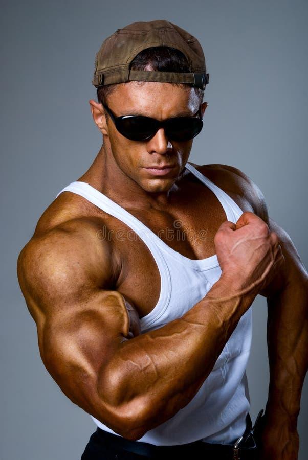 Το ισχυρό αθλητικό άτομο Bodybuilder εμφανίζει βραχίονα μυών στοκ φωτογραφία με δικαίωμα ελεύθερης χρήσης