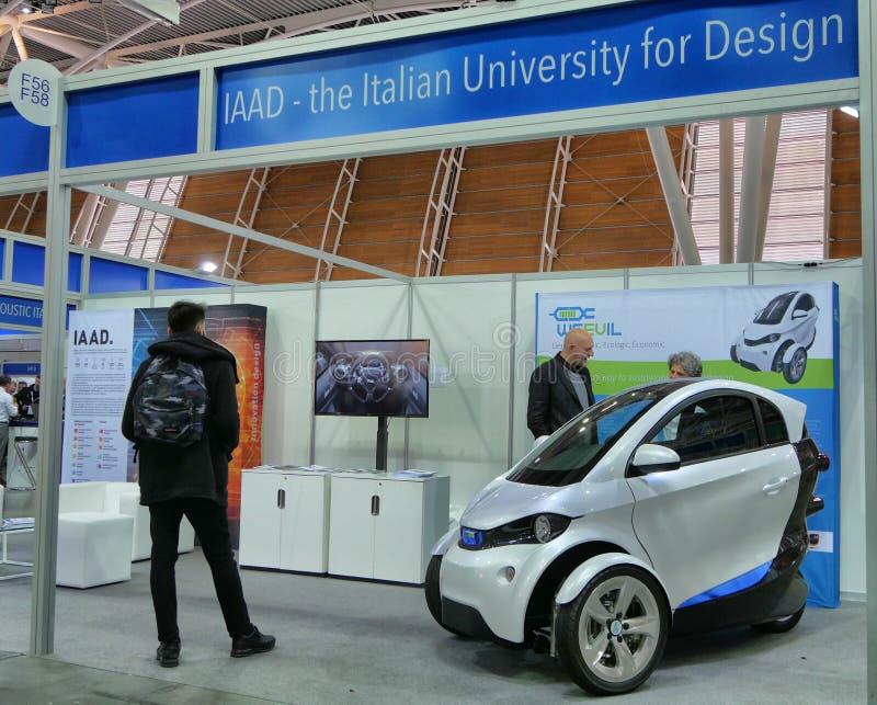 Το ιταλικό πανεπιστήμιο των σπουδαστών σχεδίου παρουσιάζει ένα όχημα πρωτοτύπων για τη βιώσιμη αστική κινητικότητα Τορίνο Ιταλία στοκ εικόνα με δικαίωμα ελεύθερης χρήσης