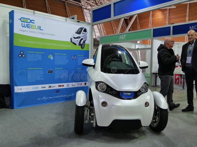Το ιταλικό πανεπιστήμιο των σπουδαστών σχεδίου παρουσιάζει ένα όχημα πρωτοτύπων για τη βιώσιμη αστική κινητικότητα Τορίνο Ιταλία στοκ φωτογραφία με δικαίωμα ελεύθερης χρήσης