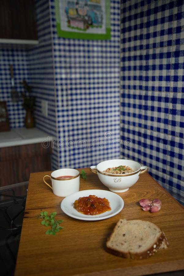 Το ιταλικό Papaya risotto καφετιού ρυζιού σούπας ντοματών επιδόρπιο εξυπηρέτησε στα κινεζικά πιάτα και το ψωμί πορσελάνης στοκ εικόνες
