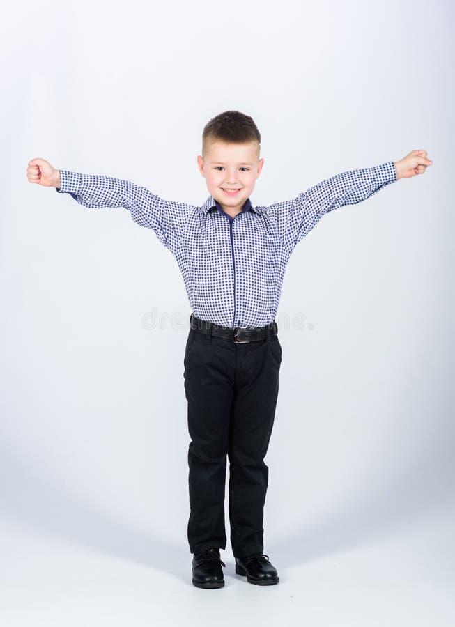 Το κάναμε παιδική ηλικία Ιδιοκτήτης επιχείρησης βέβαιο παιδί με την ίδρυση επιχείρησης r το μικρό αγόρι με την επιχείρηση κοιτάζε στοκ εικόνα