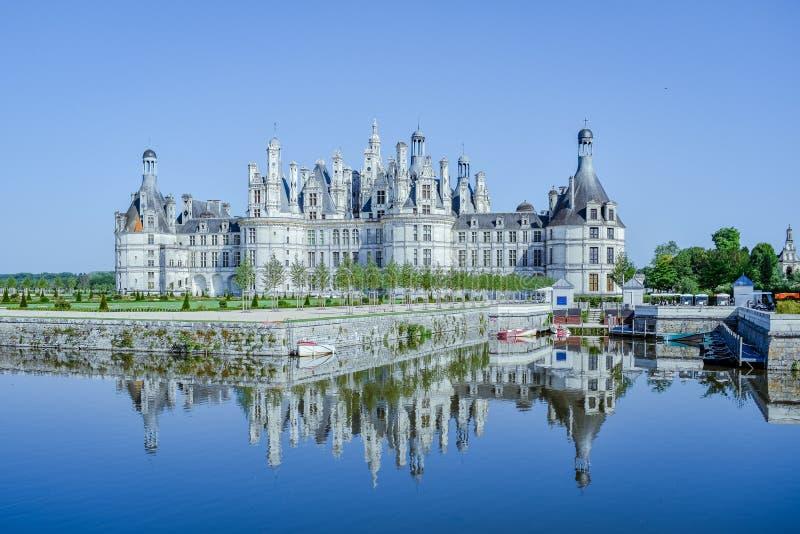 Το κάστρο απεικονίζει στη λίμνη σε μια ηλιόλουστη ημέρα Κάστρο Chambord, Γαλλία στις 7 Ιουλίου 2017 στοκ εικόνες με δικαίωμα ελεύθερης χρήσης