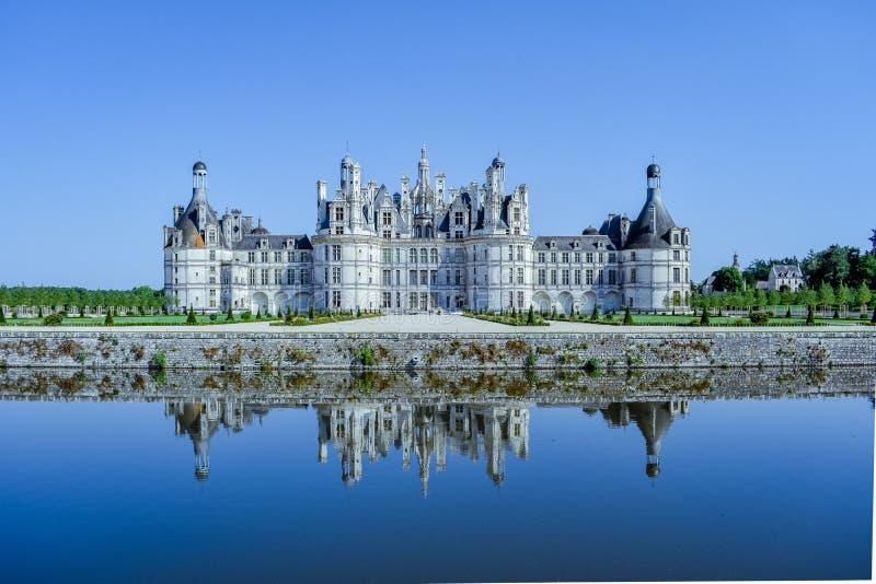 Το κάστρο απεικονίζει στη λίμνη σε μια ηλιόλουστη ημέρα Κάστρο Chambord, Γαλλία στις 7 Ιουλίου 2017 στοκ φωτογραφίες
