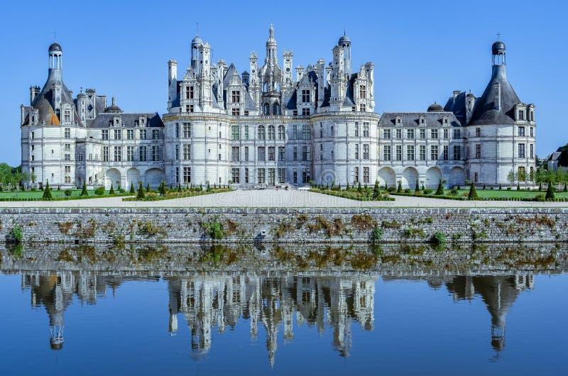 Το κάστρο απεικονίζει στη λίμνη σε μια ηλιόλουστη ημέρα Κάστρο Chambord, Γαλλία στις 7 Ιουλίου 2017 στοκ εικόνα