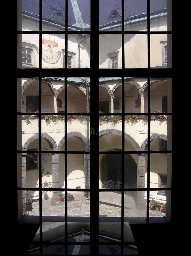 το κάστρο φαίνεται παράθυ&r στοκ εικόνες