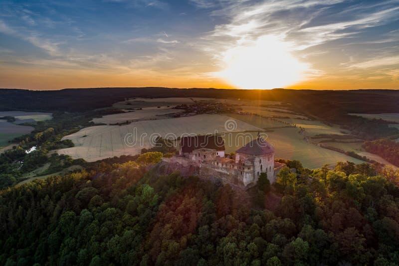 Το κάστρο Tocnik βρίσκεται στην κεντρική Βοημίας περιοχή στη Δημοκρατία της Τσεχίας στοκ φωτογραφίες με δικαίωμα ελεύθερης χρήσης