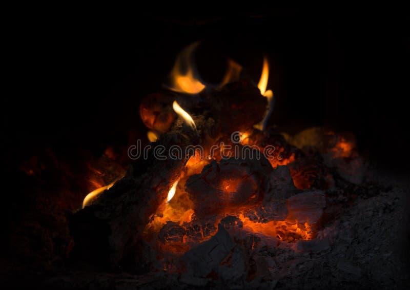 Το κάψιμο συνδέεται την εστία στοκ φωτογραφία
