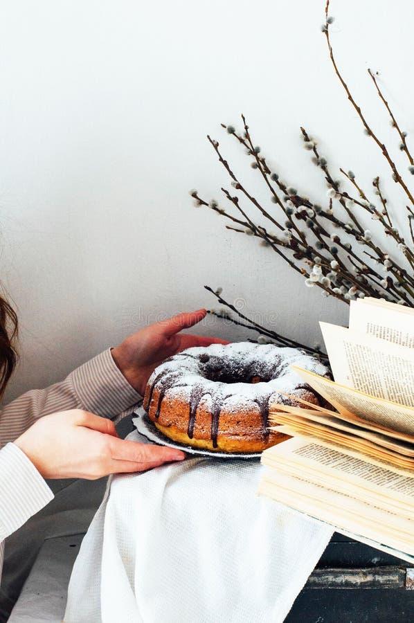 Το κέικ θερινού Bundt με ολοκληρωμένος με το λούστρο ζάχαρης, κλείνει επάνω Countr στοκ εικόνα