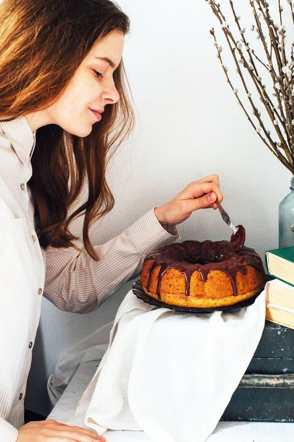Το κέικ θερινού Bundt με ολοκληρωμένος με το λούστρο ζάχαρης, κλείνει επάνω Countr στοκ εικόνα με δικαίωμα ελεύθερης χρήσης