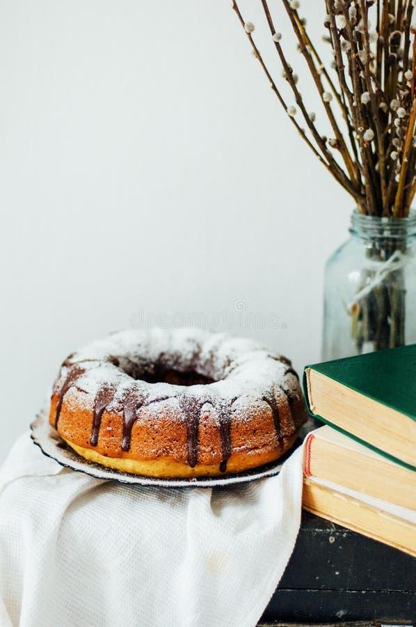 Το κέικ θερινού Bundt με ολοκληρωμένος με το λούστρο ζάχαρης, κλείνει επάνω Countr στοκ φωτογραφία
