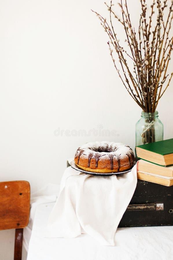Το κέικ θερινού Bundt με ολοκληρωμένος με το λούστρο ζάχαρης, κλείνει επάνω Countr στοκ εικόνες με δικαίωμα ελεύθερης χρήσης