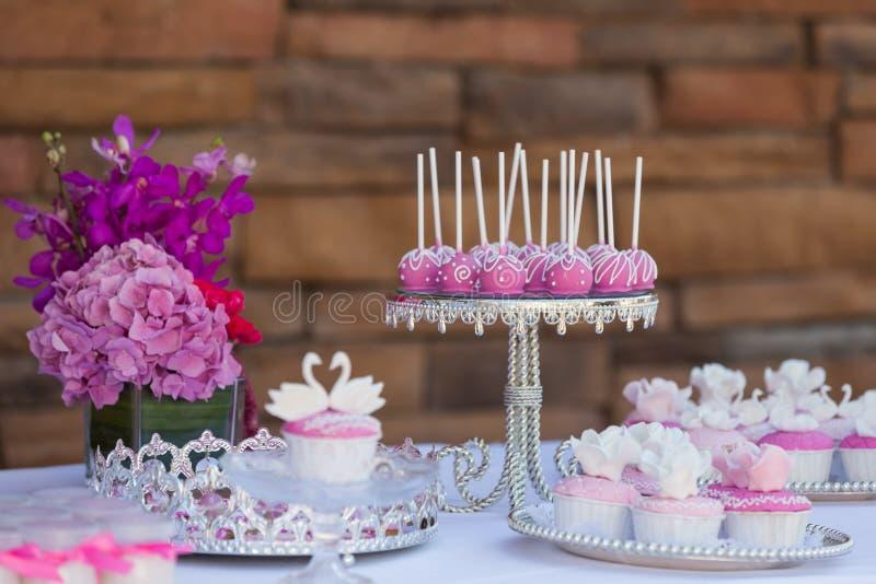 Το κέικ σκάει και cupcakes στοκ εικόνα