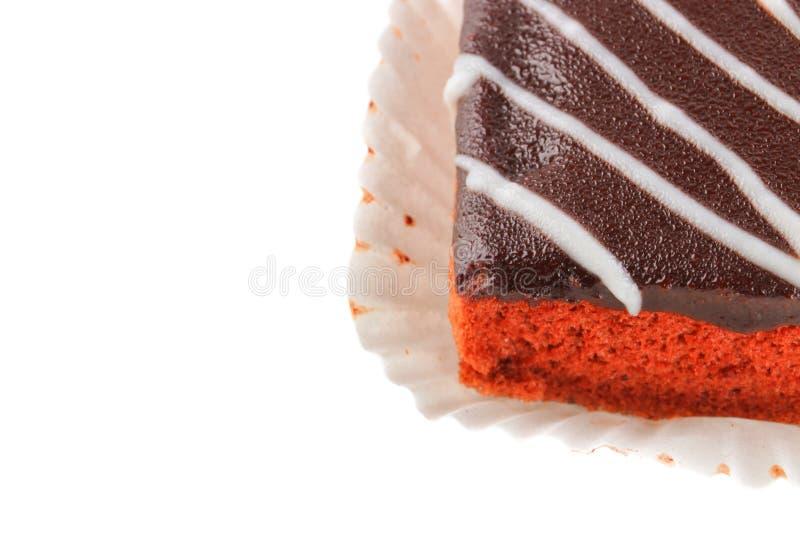 Το κέικ σοκολάτας χύνει στην κρέμα την απομονωμένη άσπρη πορεία υποβάθρου και ψαλιδίσματος Επιλέξτε την εστίαση με το ρηχό βάθος  στοκ εικόνες