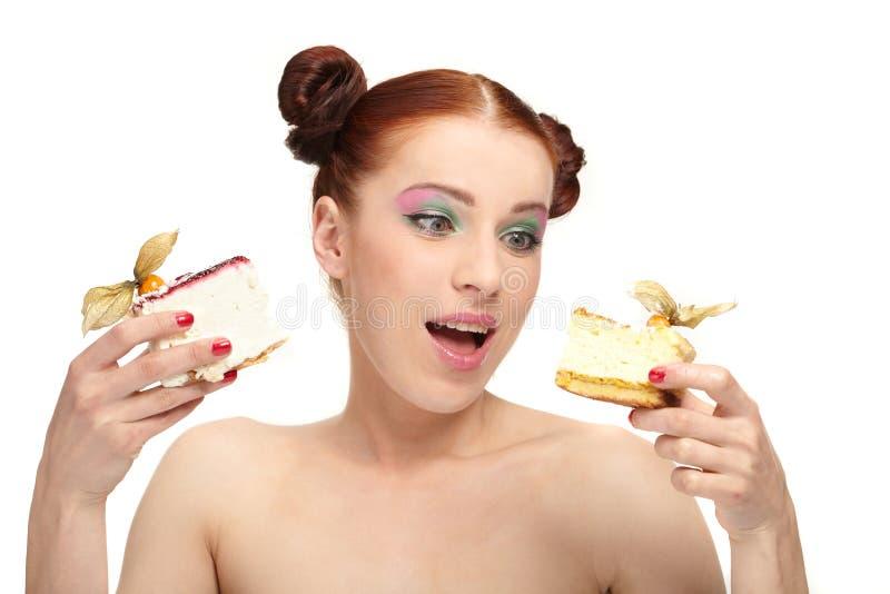 το κέικ τρώει τη νόστιμη γυν&a στοκ φωτογραφία