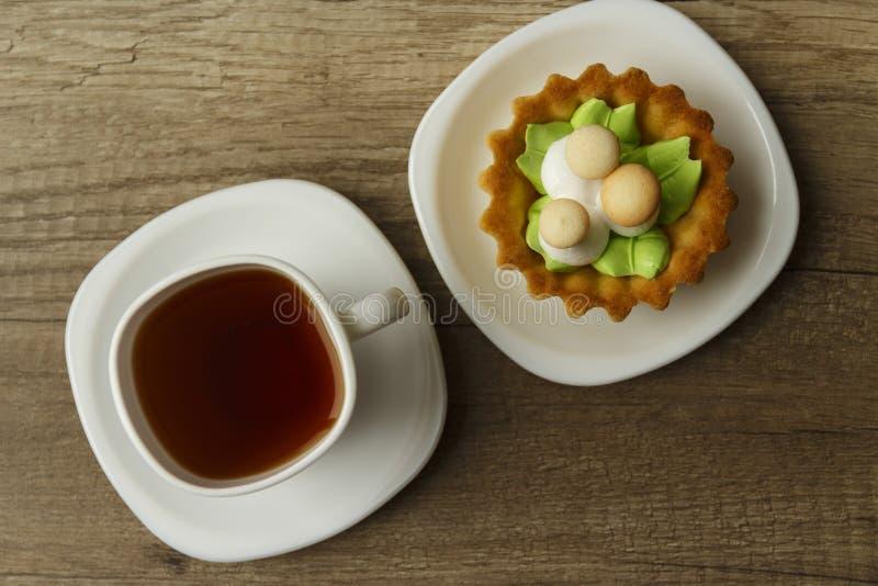το κέικ υπό μορφή μανιταριών σε ένα καλάθι βρίσκεται σε ένα πιάτο στοκ εικόνα με δικαίωμα ελεύθερης χρήσης