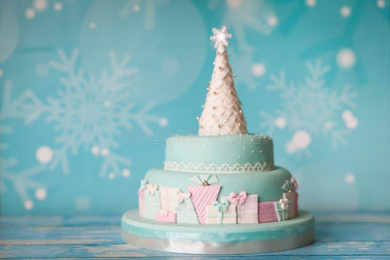 Το κέικ Χριστουγέννων με την κρητιδογραφία χρωματίζει το ντεκόρ στοκ εικόνες