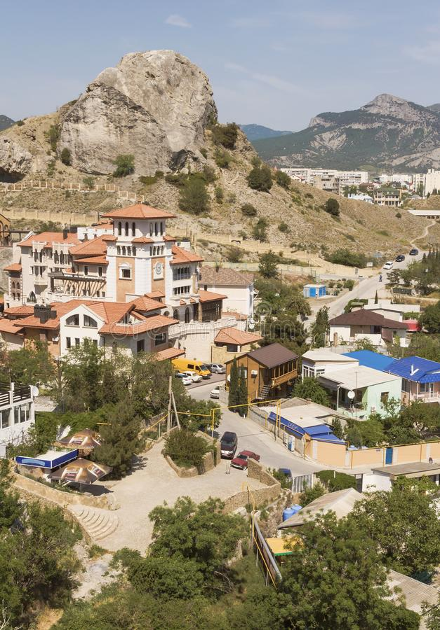 Το κέντρο μιας μικρής πόλης στα βουνά στην ακτή Μαύρης Θάλασσας στοκ φωτογραφία