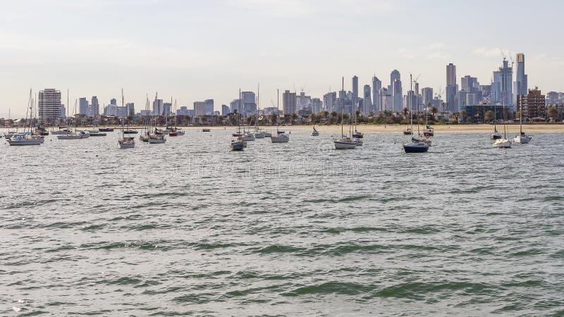 Το κέντρο πόλεων και ο ορίζοντας της Μελβούρνης, Αυστραλία, που βλέπει από την αποβάθρα του ST Kilda μια ηλιόλουστη ημέρα στοκ εικόνες