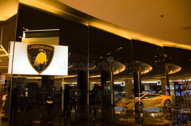 Το κίτρινο έξοχο lamborghini αυτοκινήτων παρουσιάζει δωμάτιο του 2sn πατώματος στο κέντρο της υπερηφάνειας του Σιάμ paragon της Μ στοκ εικόνα με δικαίωμα ελεύθερης χρήσης