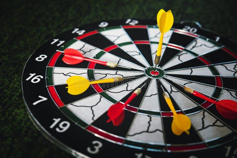 Το κίτρινο βέλος βελών νικητών χτύπησε τον κεντρικό στόχο του dartboard και άλλης έννοιας ανταγωνισμού μάρκετινγκ μεταφοράς ηττημ στοκ εικόνες