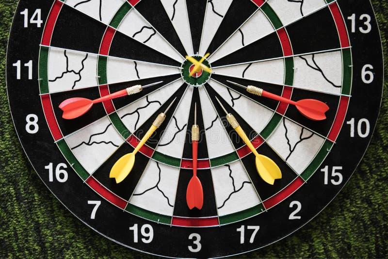 Το κίτρινο βέλος βελών νικητών χτύπησε τον κεντρικό στόχο του dartboard και άλλης έννοιας ανταγωνισμού μάρκετινγκ μεταφοράς ηττημ στοκ φωτογραφία με δικαίωμα ελεύθερης χρήσης
