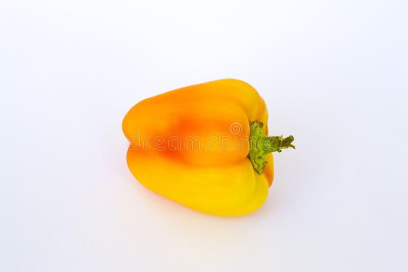 Το κίτρινο πορτοκαλί πιπέρι στο άσπρο υπόβαθρο χρησιμοποιείται ως Δεκέμβριος στοκ φωτογραφίες με δικαίωμα ελεύθερης χρήσης