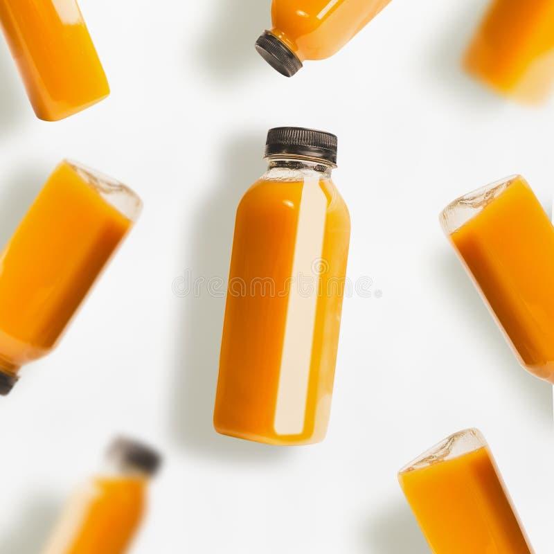 Το κίτρινο σχέδιο μπουκαλιών καταφερτζήδων ή χυμού στο άσπρο υπόβαθρο, τοπ άποψη, επίπεδη βάζει στοκ φωτογραφία με δικαίωμα ελεύθερης χρήσης