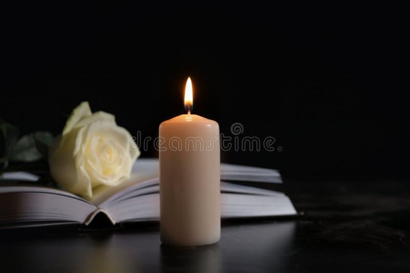 Το καίγοντας κερί, βιβλίο και άσπρος αυξήθηκε στον πίνακα στο σκοτάδι, διάστημα για το κείμενο στοκ εικόνες με δικαίωμα ελεύθερης χρήσης