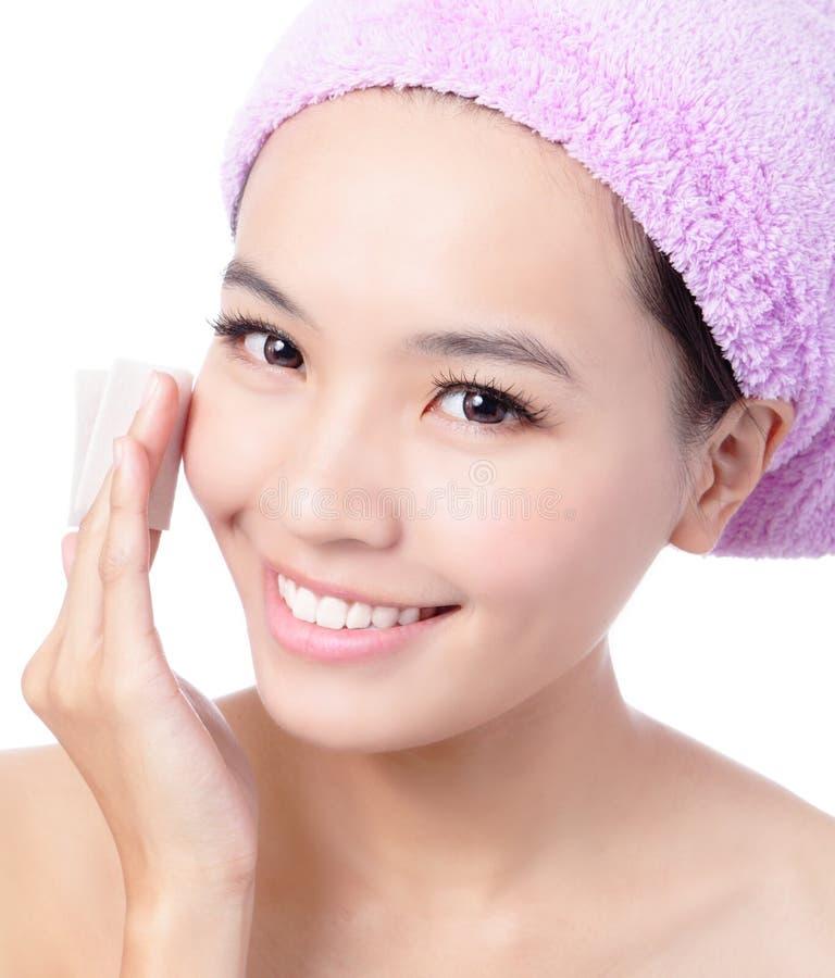 το καθαρίζοντας κορίτσι βαμβακιού makeup αφαιρεί τις νεολαίες στοκ εικόνα με δικαίωμα ελεύθερης χρήσης