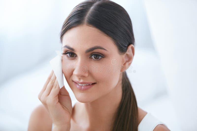 Το καθαρίζοντας πρόσωπο γυναικών με του προσώπου να καθαρίσει σκουπίζει, αφαιρώντας Makeup στοκ φωτογραφίες