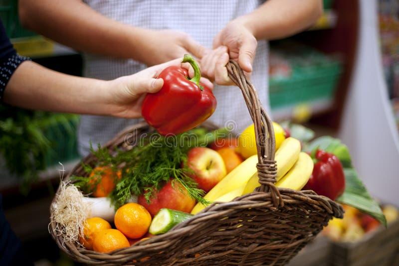 Το καλάθι γέμισε τα υγιή τρόφιμα στοκ εικόνα