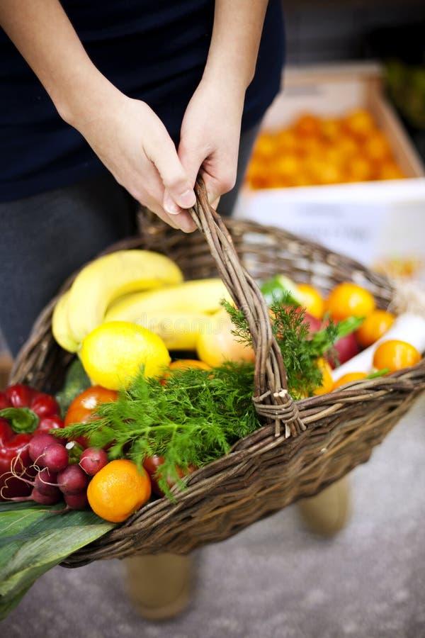 Το καλάθι γέμισε τα υγιή τρόφιμα στοκ φωτογραφίες