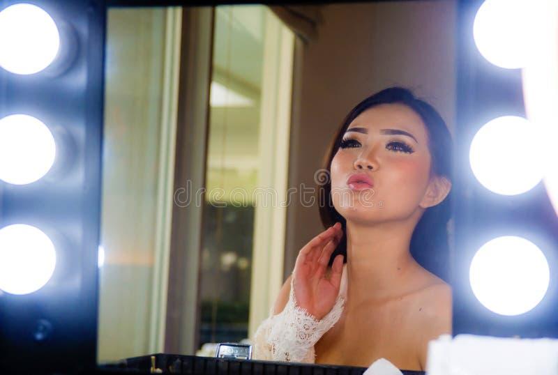 Το καλλιτεχνικό στιλπνό πορτρέτο της νέας όμορφης και πανέμορφης ασιατικής κινεζικής γυναίκας αποτελεί το χώρο ομορφιάς ευτυχές στοκ φωτογραφία με δικαίωμα ελεύθερης χρήσης