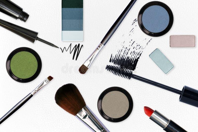 Το καλλυντικό με αποτελεί τα εργαλεία στο άσπρο δέρμα στοκ εικόνα