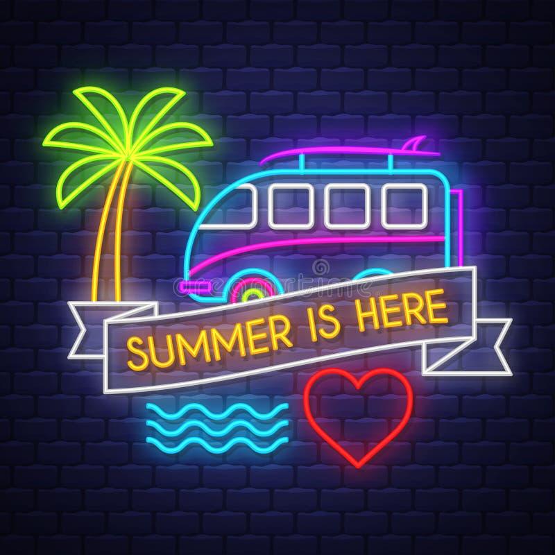 Το καλοκαίρι είναι εδώ Έμβλημα καλοκαιρινών διακοπών Έμβλημα νέου Σημάδι νέου ελεύθερη απεικόνιση δικαιώματος