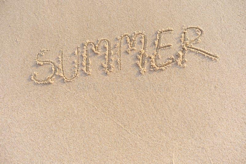 Το καλοκαίρι λέξης στην άμμο που γράφεται με το χέρι στοκ εικόνα