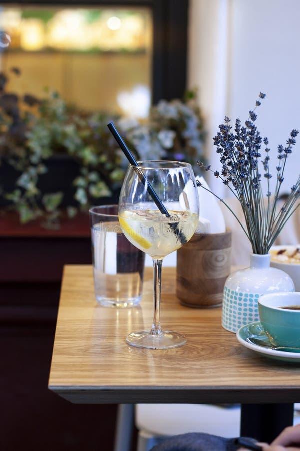 Το καλοκαίρι πίνει το κοκτέιλ σε ένα πεζούλι φραγμών στον ξύλινο πίνακα στοκ φωτογραφία με δικαίωμα ελεύθερης χρήσης