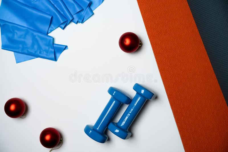 Το καλύτερο δώρο Χριστουγέννων για το δραστήριο θηλυκό γιόγκας προσώπων pilates έθεσε για τις ασκήσεις: ελαστικές ζώνη αλτήρων χα στοκ εικόνα με δικαίωμα ελεύθερης χρήσης